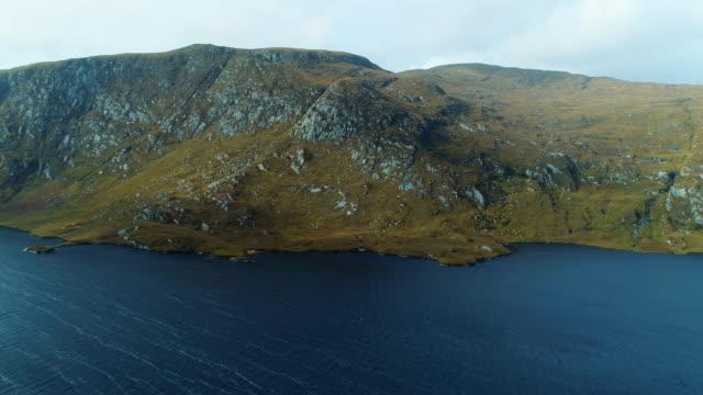 vídeos de stock, filmes e b-roll de beagh do lago e montanhas de derryveagh, em donegal, irlanda - província de ulster