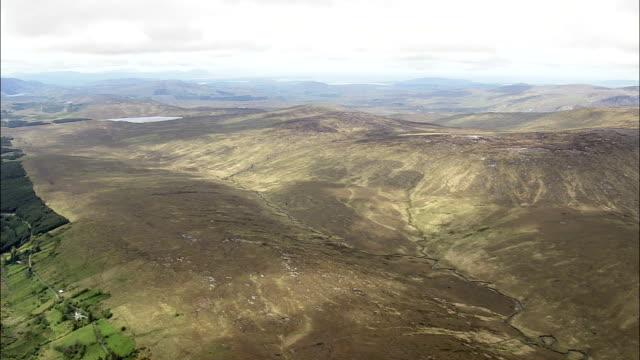 vídeos de stock, filmes e b-roll de lough swilly em mountains-vista aérea de ulster, donegal, irlanda - província de ulster