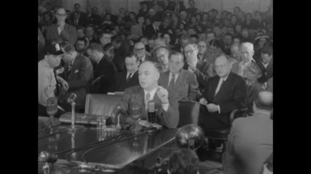 vídeos de stock e filmes b-roll de ms louis budenz former communist and current anticommunist sits before microphones on table during his testimony before the senate subcommittee on... - anticomunismo