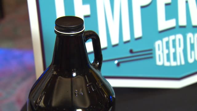 louis glunz beer company hosted its annual beer expo showcasing about 50 of the 190 breweries they represent to venue owners on april 14, 2014 in... - darstellen stock-videos und b-roll-filmmaterial