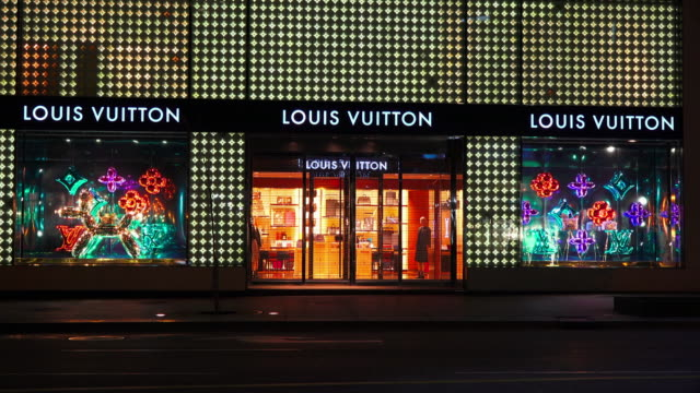 louis vuitton, also shortened to lv, is a fashion house and luxury retail company. the designer label is one of the world's leading international... - ブランド ルイヴィトン点の映像素材/bロール