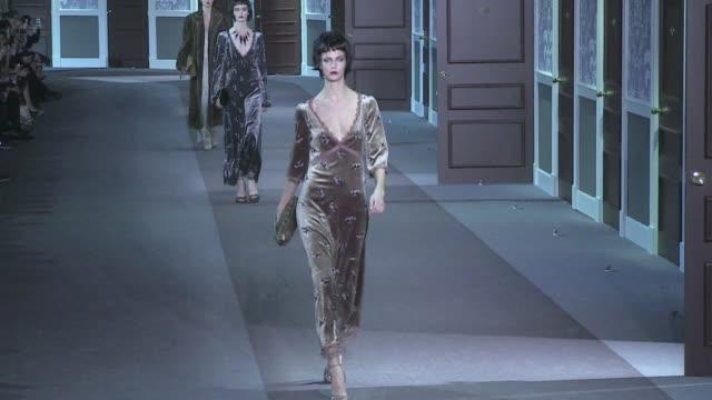louis vuitton aw 2013 fashion show in paris - models on the runway models on the runway of louis vuitton fashion show on march 06, 2013 in paris,... - デザイナー マーク・ジェイコブス点の映像素材/bロール