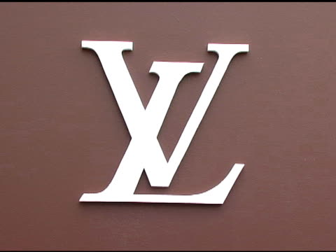 stockvideo's en b-roll-footage met louis vuitton logo at the the brooklyn museum and louis vuitton honor japanese artist takashi murakami at the brooklyn museum of art in brooklyn new... - louis vuitton modelabel