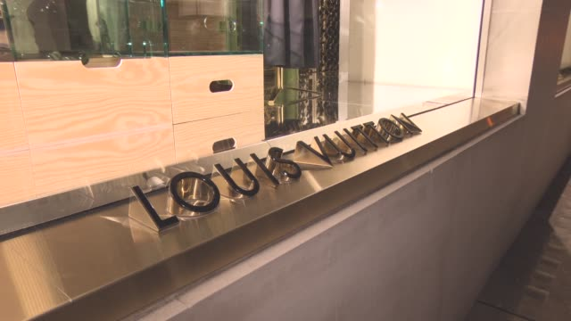 louis vuitton signage at luxury brands in london at on january 25, 2016 in london, england. - ブランド ルイヴィトン点の映像素材/bロール