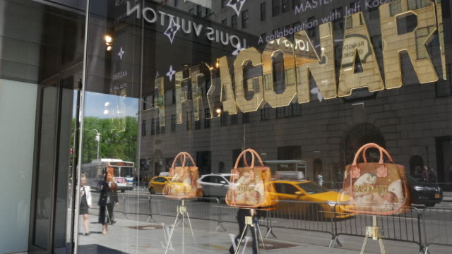 vídeos de stock e filmes b-roll de louis vuitton store on fifth avenue in new york city - sinal de loja