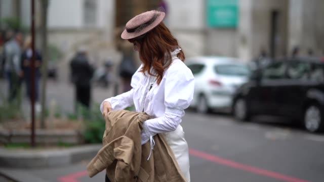 vídeos y material grabado en eventos de stock de louise ebel wears a hat, a white shirt, a white bag, a white skirt , outside shiatzy chen, during paris fashion week womenswear spring/summer 2018,... - camisas de vestir