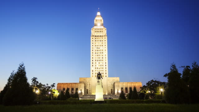 louisiana state capitol building in baton rouge at night - time lapse - baton rouge stock-videos und b-roll-filmmaterial