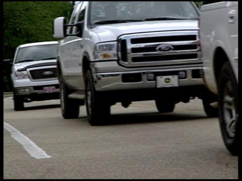 vidéos et rushes de chain gangs / prison general views vehicles queing at checkpoint / car with confederate flag front plate - drapeau des confédérés