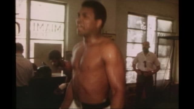 louisville prepares for the funeral of muhammad ali; fs020371001 / 2.3.1971 usa: florida: miami: muhammad ali skipping in gym in build up to world... - アリ点の映像素材/bロール