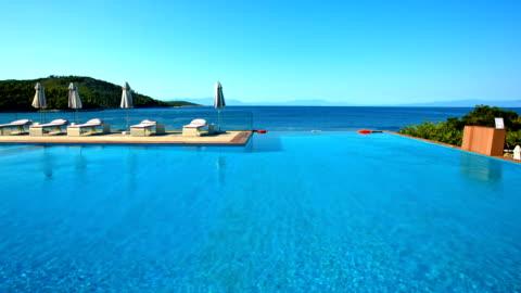 solstolar och parasoll vid poolen på skopelos ö - lyxhotell bildbanksvideor och videomaterial från bakom kulisserna