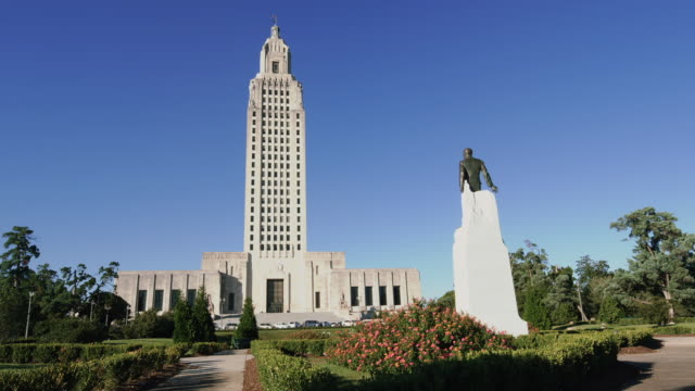 lousiana state capitol building and huey long memorial, baton rouge, usa - baton rouge stock-videos und b-roll-filmmaterial