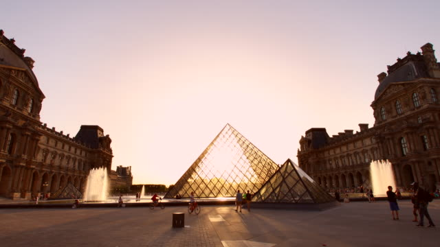 vídeos de stock e filmes b-roll de louvre museum courtyard at sunset, tracking in - museu