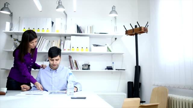 vidéos et rushes de amour et d'affaires - flirter