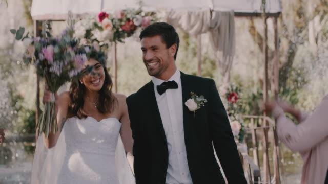 愛と幸福が上から降りてきて - 花嫁点の映像素材/bロール