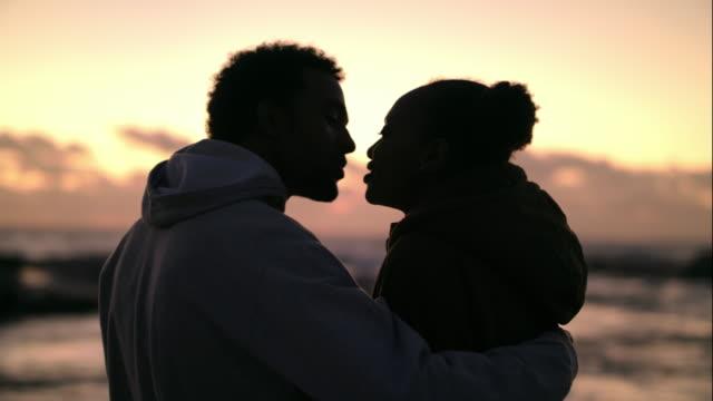 liebe und sonnenuntergänge  - afrikanischer abstammung stock-videos und b-roll-filmmaterial