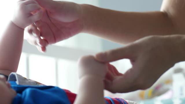 vídeos de stock, filmes e b-roll de ame e tome cuidado - de braços dados