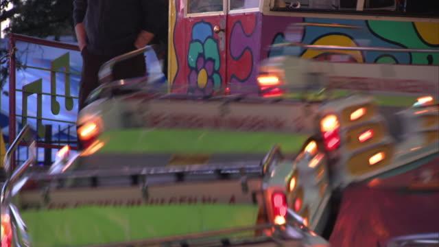 vídeos de stock e filmes b-roll de cu love bugs ride spinning at dusk, dallas, texas, usa - movimento perpétuo