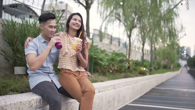 stockvideo's en b-roll-footage met liefde paar van kuala lumpur - verfrissing