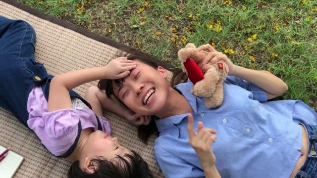 Liebe Ewigkeits-Konzept, Mutter und Tochter umarmen und küssen zusammen