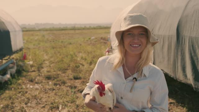 私は何よりも農業が大好きです - 家禽点の映像素材/bロール