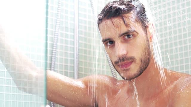 ich liebe, wie die dusche nur mir erwacht - domestic bathroom stock-videos und b-roll-filmmaterial