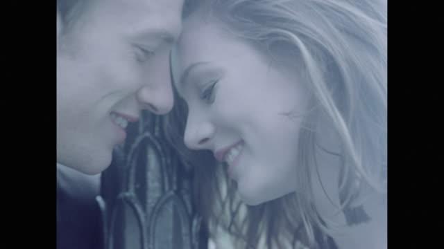 vídeos de stock, filmes e b-roll de love in paris - amor à primeira vista