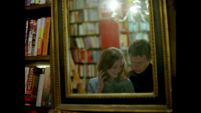 vídeos y material grabado en eventos de stock de love in paris - estantería de libros