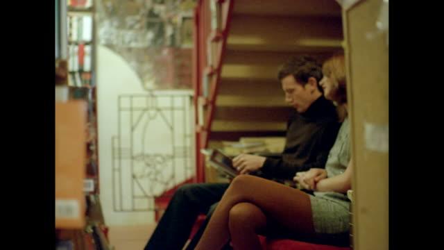 love in paris - gambe accavallate video stock e b–roll