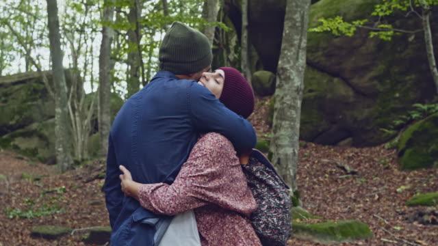 vídeos de stock, filmes e b-roll de o amor está no ar - faia árvore de folha caduca