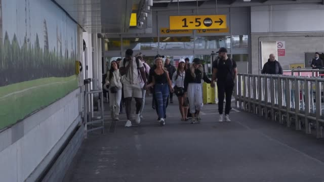 love island 2020 stars leave heathrow airport after arriving back in the uk following the conclusion of the hit reality tv show. this year's winners... - リアリティー番組点の映像素材/bロール