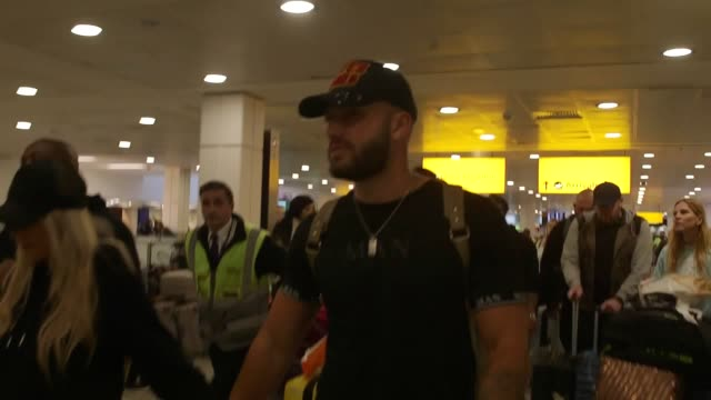 vidéos et rushes de love island 2020 winners finley tapp and paige turley arrive at heathrow airport in london along with fellow contestant couples luke mabbott and demi... - demi finale
