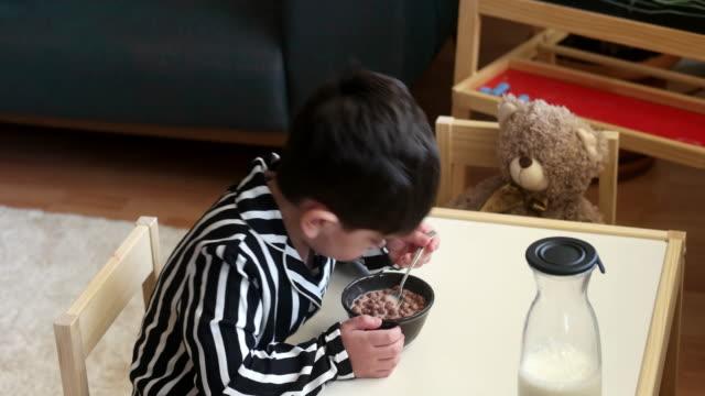 vídeos de stock, filmes e b-roll de me amo algum café da manhã - sala de café da manhã