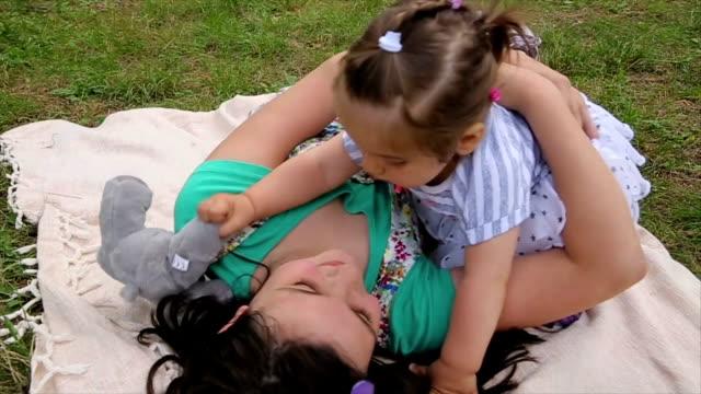 vídeos de stock, filmes e b-roll de eu amo minha irmã! bebê menina primeiros passos. - primeiros passos