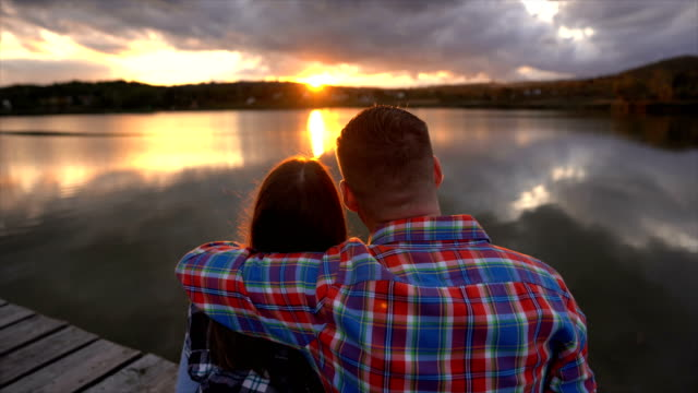 vídeos de stock, filmes e b-roll de amor no por do sol - atrás