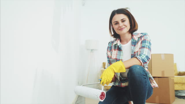 vídeos de stock, filmes e b-roll de adoro renovar a minha casa. - parede