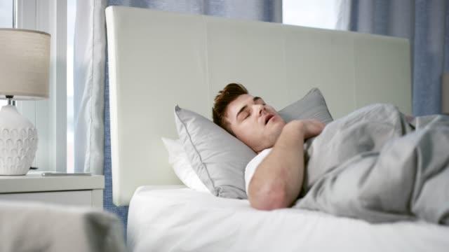 vidéos et rushes de j'aime dormir plus que tout - brightly lit