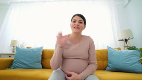 adoro stare vicino ai propri cari. - webcam video stock e b–roll