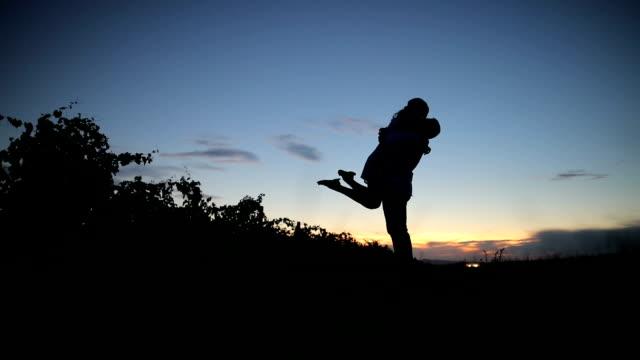 vídeos y material grabado en eventos de stock de una historia de amor en el crepúsculo - enamorarse