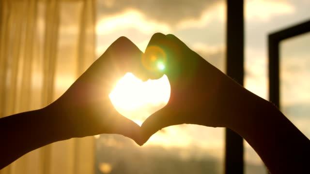 vídeos de stock, filmes e b-roll de amor por do sol - dedo termo anatômico