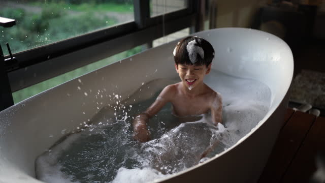 stockvideo's en b-roll-footage met ik hou van het nemen van een bad - bubbelbad
