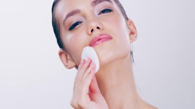 vídeos y material grabado en eventos de stock de me encanta cuidar mi piel - limpiador facial