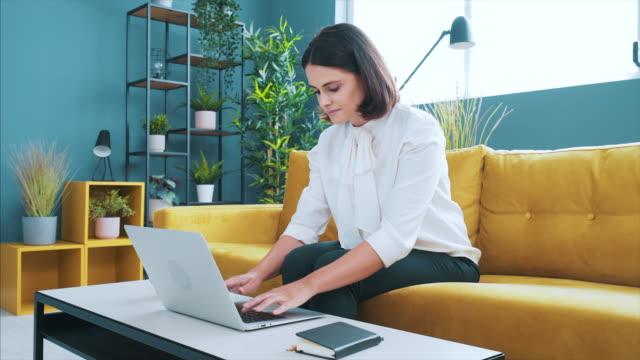 ich liebe es, in diesem modernen büro zu arbeiten. - weibliche angestellte stock-videos und b-roll-filmmaterial