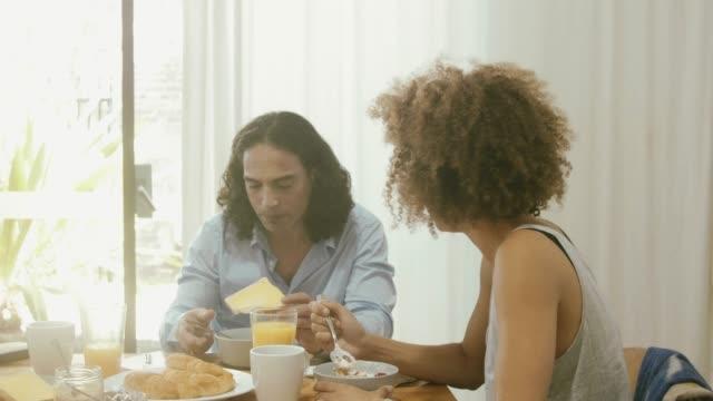 vidéos et rushes de couple charmant, petit déjeuner - céréale