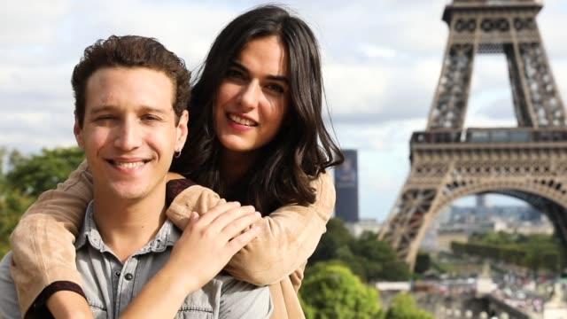 Encantadora pareja, pasar unos días de vacaciones a París