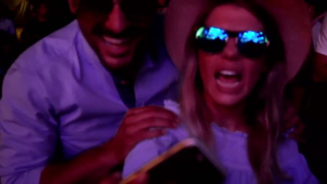 素敵なカップルが、selfie を取って - 灯台船点の映像素材/bロール
