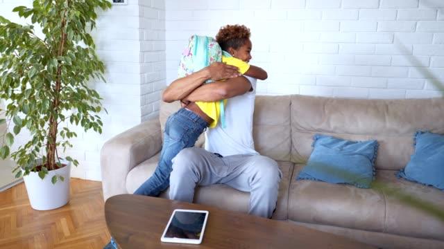 vidéos et rushes de belle fille revenant de père embrassant de l'école à la maison - élève du primaire