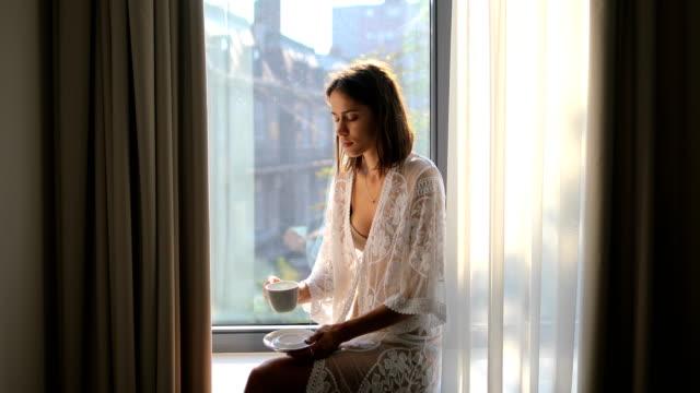 stockvideo's en b-roll-footage met mooie ochtend en koffie na gek avondje uit - model beroep