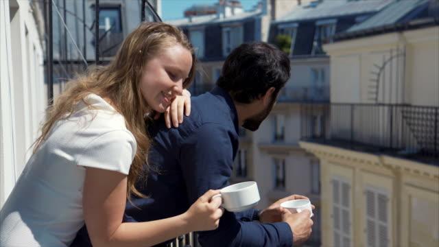 vidéos et rushes de belle matin - balcon