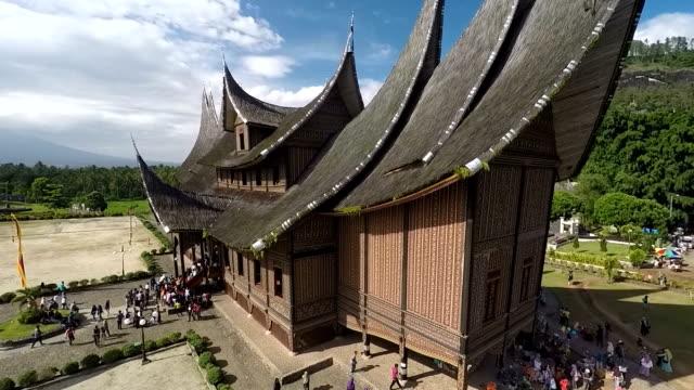 vídeos y material grabado en eventos de stock de lovely pagaruyung palace, sumatra, indonesia, aerial - isla de sumatra