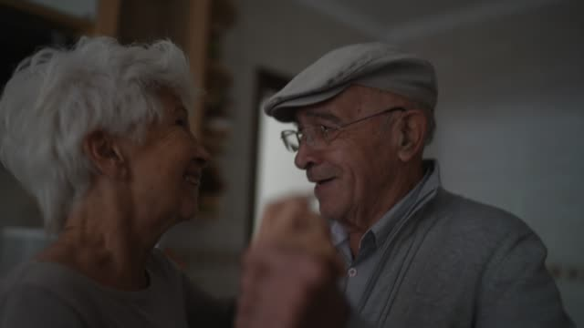 vídeos de stock, filmes e b-roll de adorável casal sênior dançando em casa - vida simples